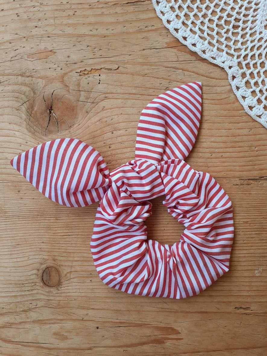 Scrunchie con fiocco – Fantasia righe rosse e bianche
